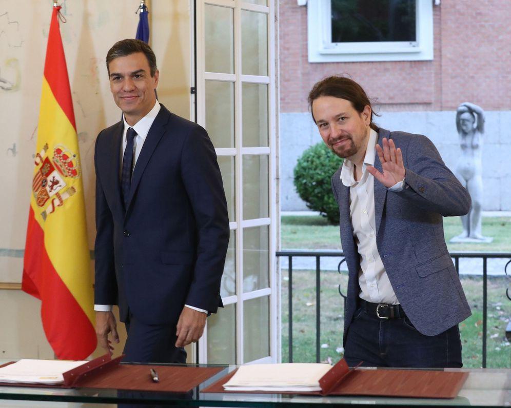 Foto: Pedro Sánchez y Pablo Iglesias firman su acuerdo de Presupuestos, el pasado 11 de octubre en la Moncloa. (EFE)