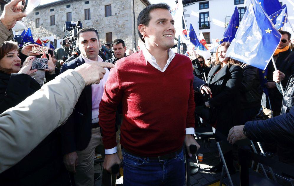 Foto: Albert Rivera, el pasado fin de semana en Alsasua, apoyado en dos muletas. (EFE)
