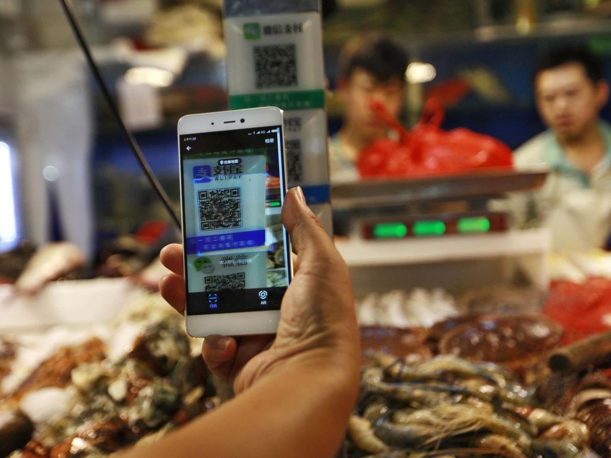 Foto: Un cliente escanea un código QR de Alipay para realizar un pago a través de un teléfono móvil. (EFE)