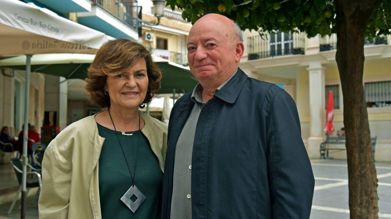 La vicepresidente Carmen Calvo y Miguel Güeto, ayer, en la Plaza de España de Cabra (Toñi Guerrero).