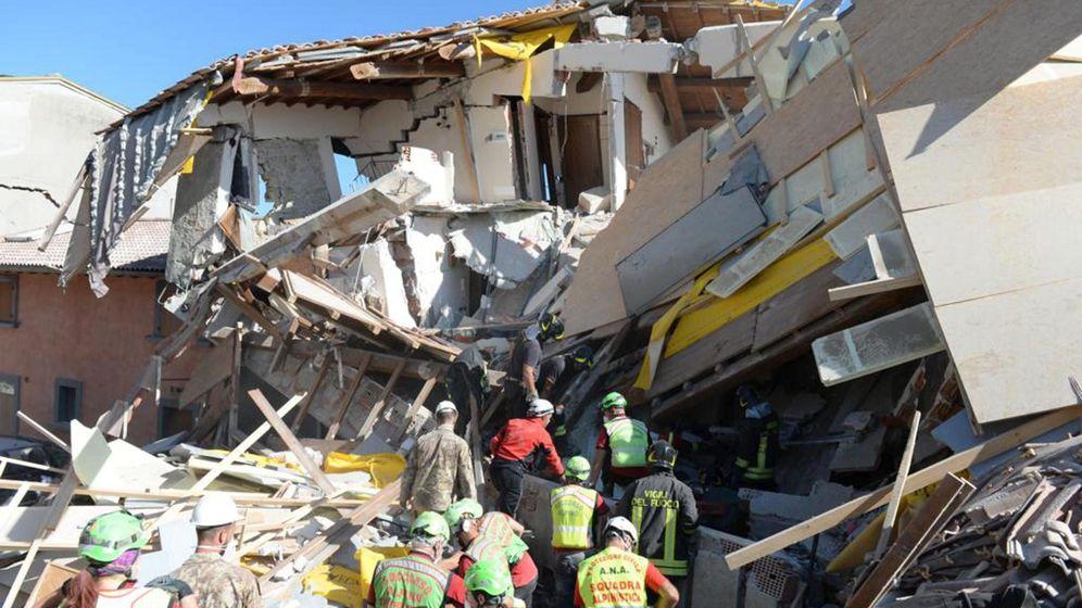 Foto: Labores de búsqueda de víctimas entre los escombros en Amatrice. (EFE)