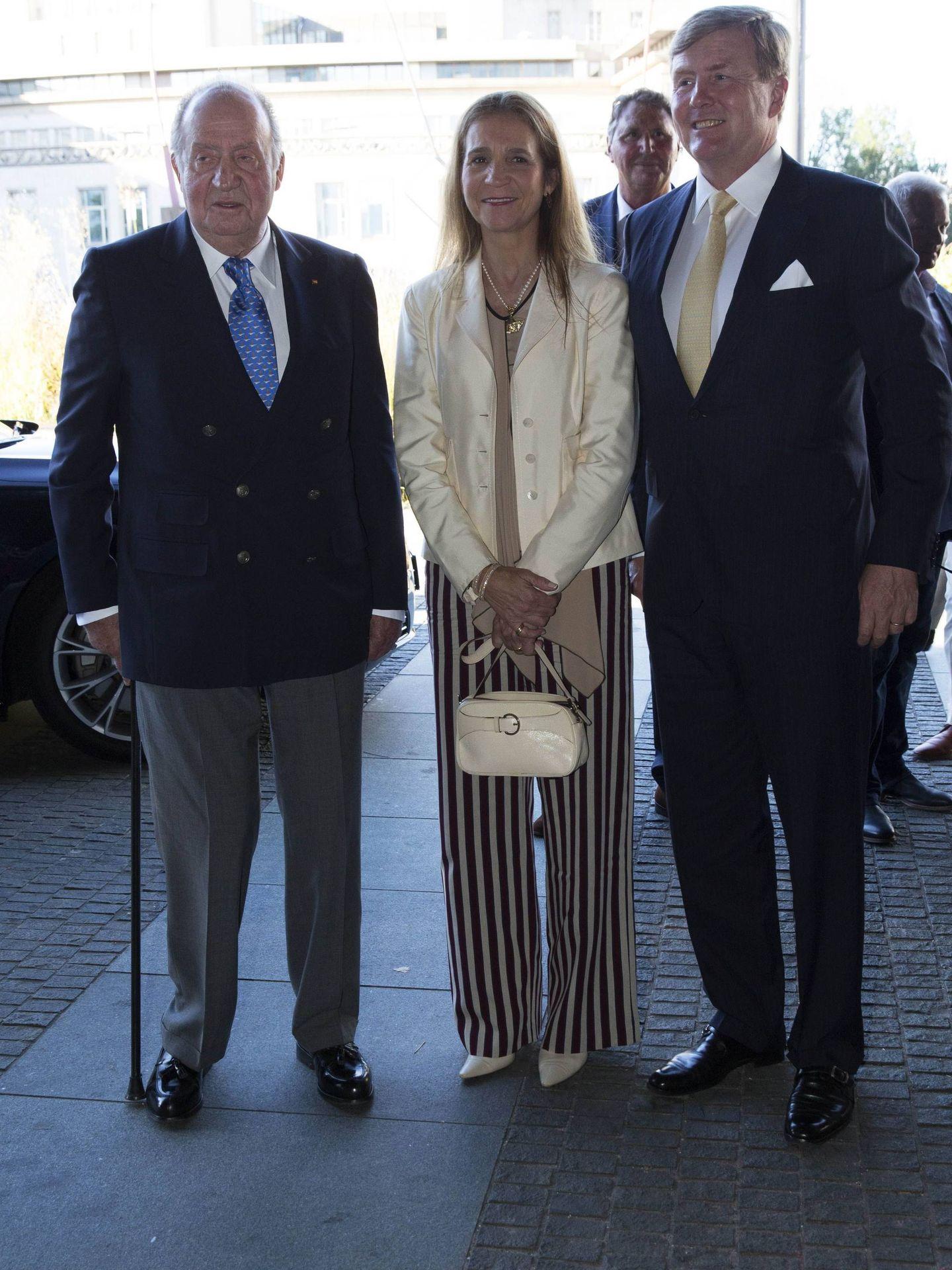 El rey Juan Carlos y su hija, con el rey Guillermo de Holanda. (Cordon Press)