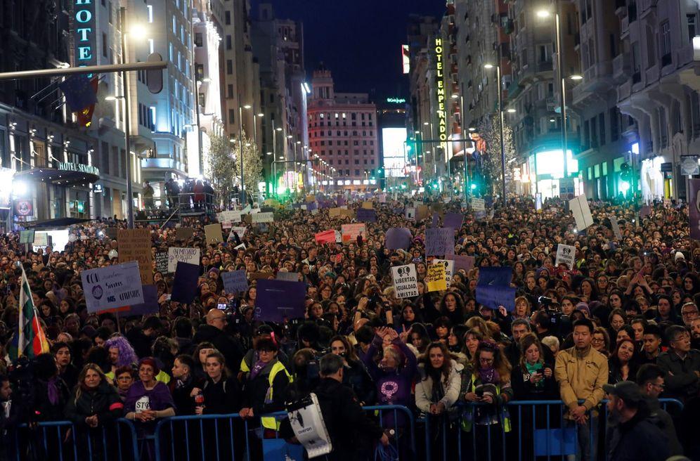 Foto: Participantes en la manifestación feminista en Madrid a su paso por Gran Vía, el pasado 8 de marzo. (EFE)
