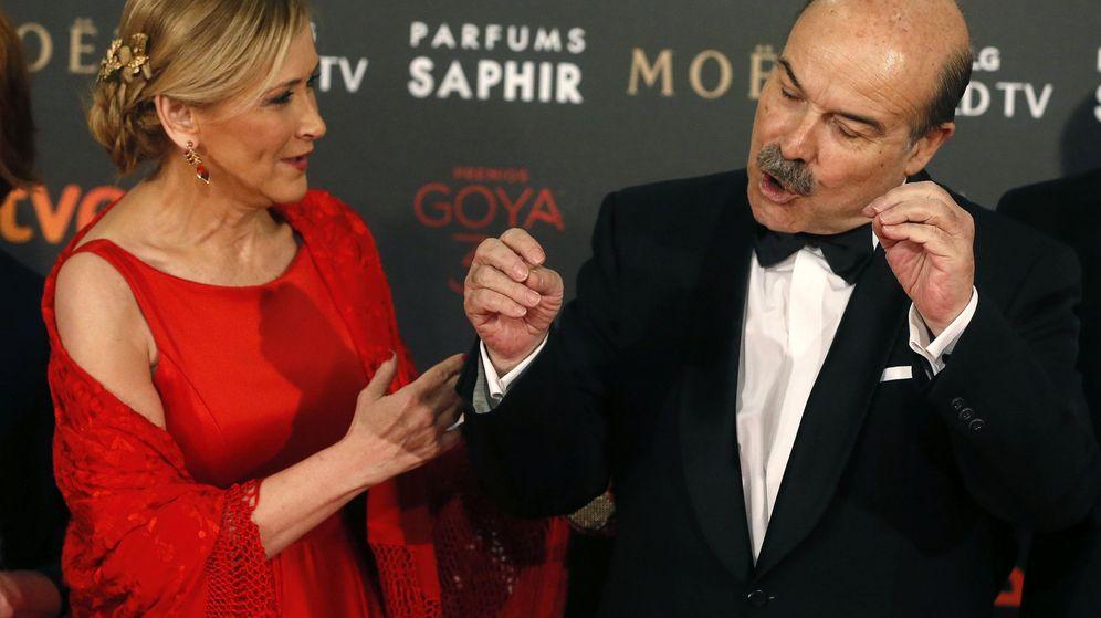 Foto: Cristina Cifuentes y Antonio Resines en la gala de entrega de los 30 premios Goya