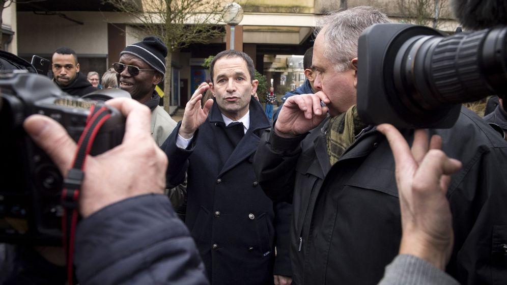 Foto: Benoit Hamon a su salida de un colegio electoral tras votar en las primarias de los socialistas franceses, en París (Efe).