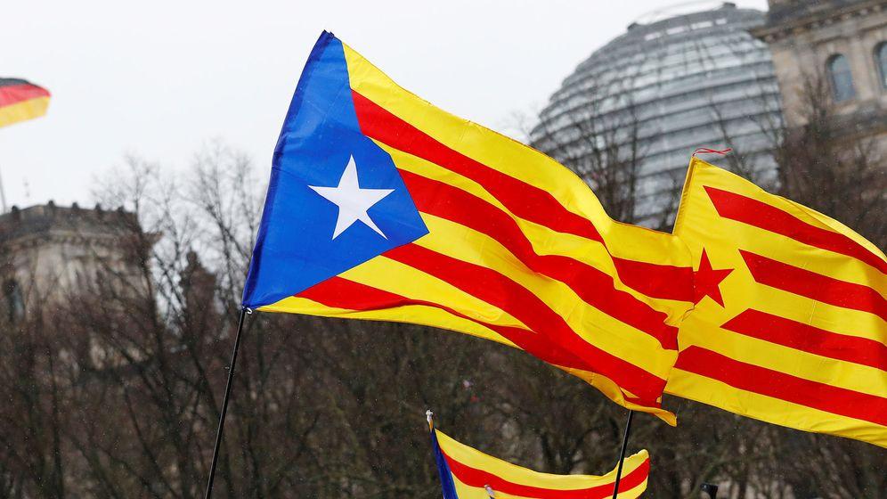 Foto: Banderas independentistas se enarbolan en una manifestación en Cataluña. (EFE)