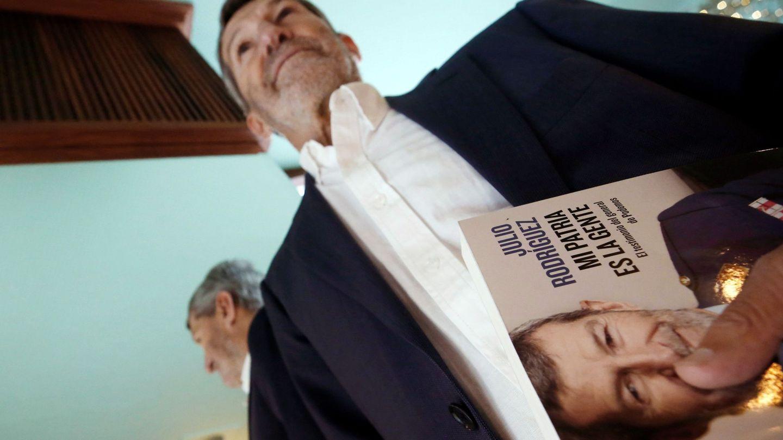 El secretario general de Podemos en la ciudad de Madrid, Julio Rodríguez, posa junto a su libro. (EFE)