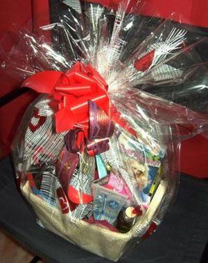 Dos sevillanos venden la cesta de Navidad más 'picante' del mercado