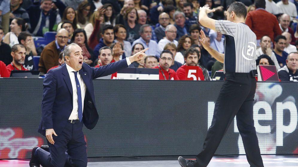 Foto: El árbitro Antonio Conde señala técnica a Txus Vidorreta, de rodillas en la banda. (ACB Photo)
