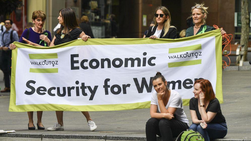 Foto: Varias activistas sostienen el cartel 'Seguridad económica para las mujeres' durante una manifestación para acabar con la brecha salarial de género. (EFE)