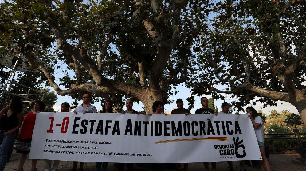 Foto: Una pancarta antiindependentista a las puertas del Parlamento de Cataluña. (Reuters)