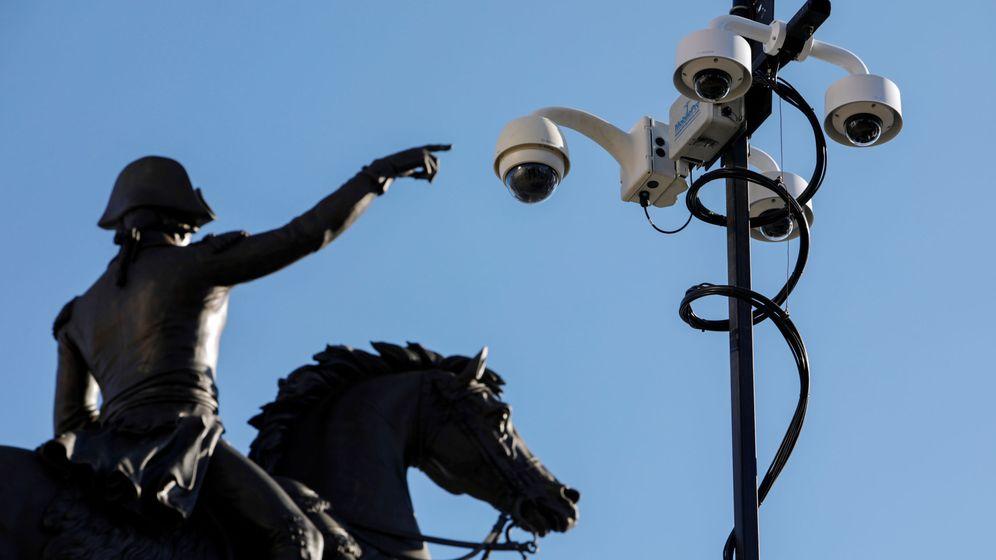 Foto: Cámaras de seguridad cerca de una estatua de George Washington en Virginia. (Reuters)