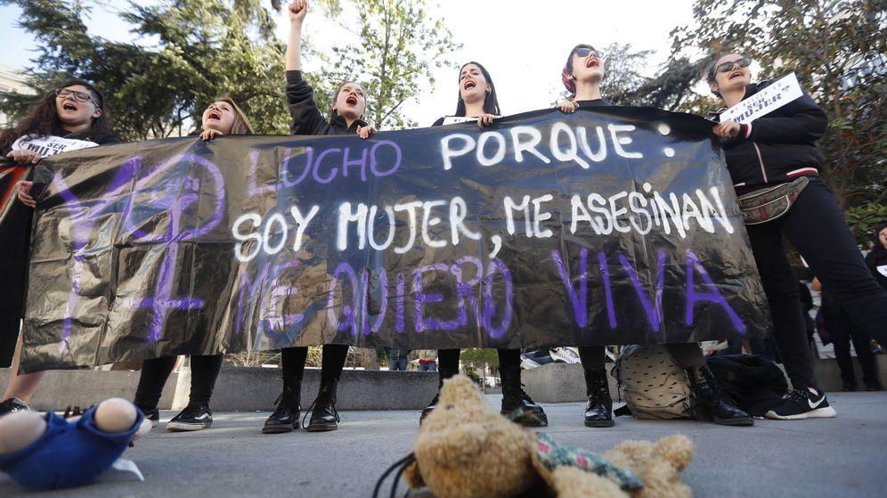 Foto:  Varias personas de la Asociación Ve-la Luz se concentran en la Plaza de las Cortes. (EFE)