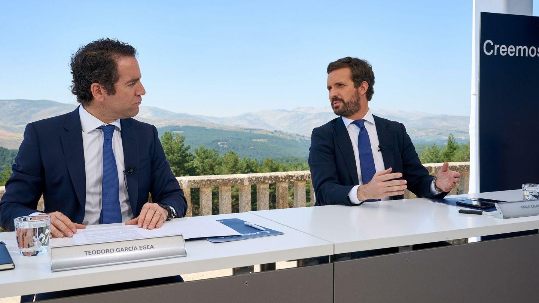 El presidente del PP, Pablo Casado, conversa con Teodoro García Egea. (EFE)