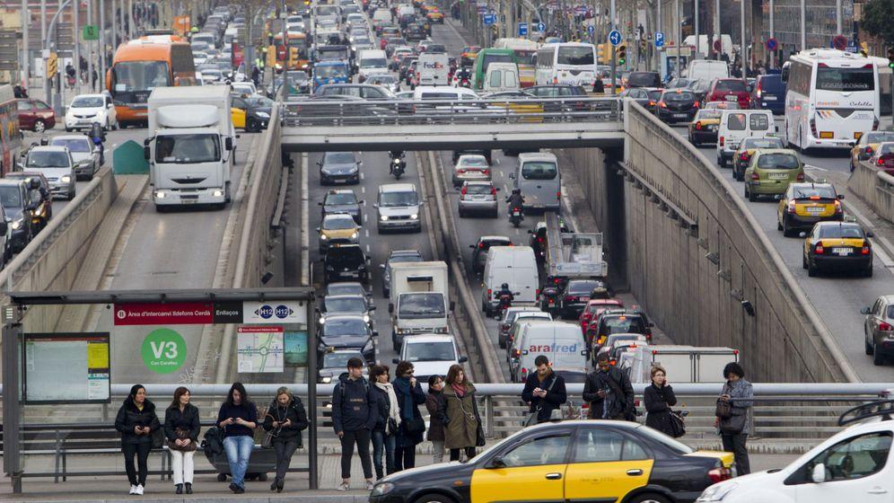 Foto: El tráfico, ayer, en Barcelona. (EFE)