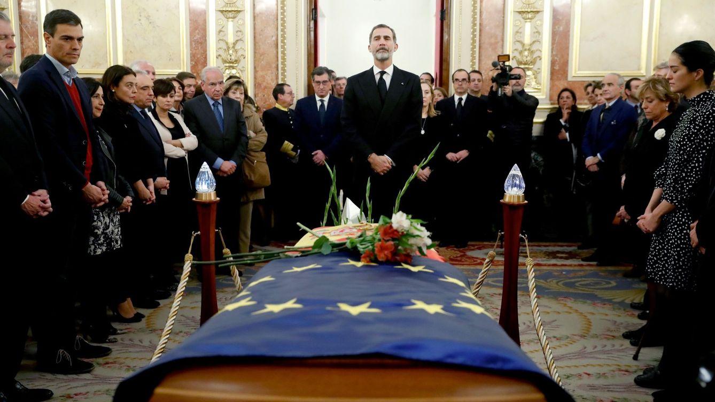 Foto: El Rey vela el cuerpo de Manuel Marín en el Salón de Pasos Perdidos del Congreso, este 5 de diciembre. (EFE)