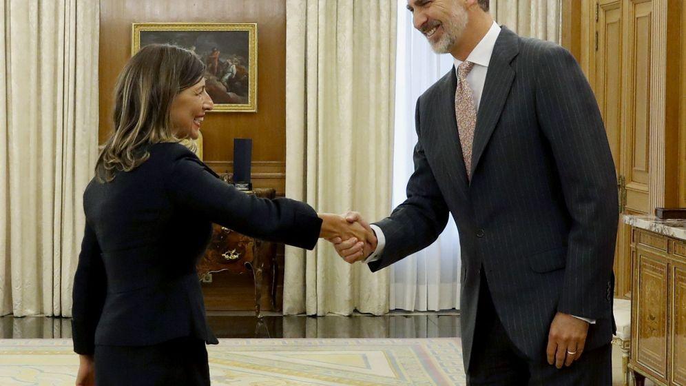 Foto: El rey Felipe VI recibe en audiencia a la diputada de Galicia en Común, Yolanda Díaz, este lunes, en el inicio de la ronda de consultas sobre la investidura. (EFE)