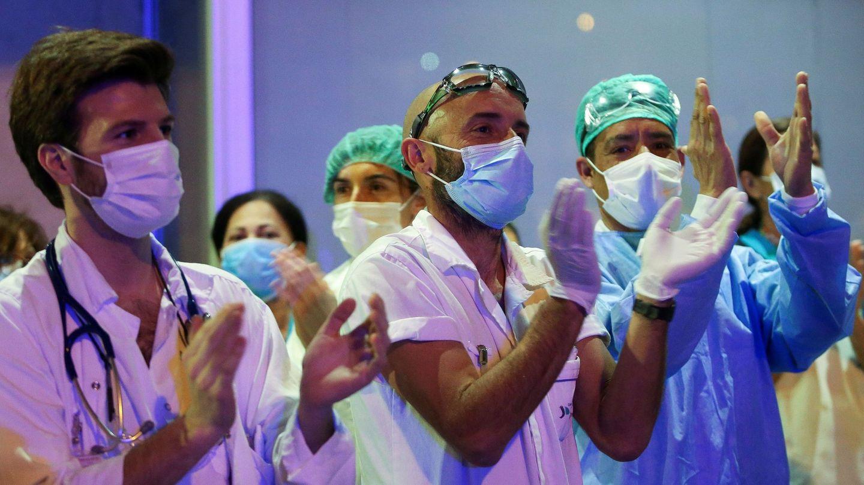 Aplausos de los sanitarios durante la pandemia. (EFE)