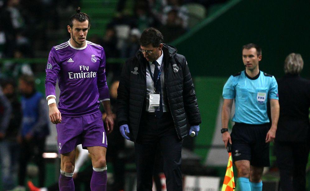 Foto: En la imagen, Bale se retira del terreno de juego del José Alvalade de Lisboa tras caer lesionado (Reuters)