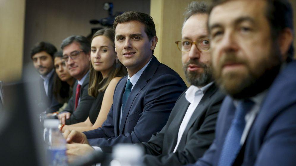Foto: El presidente de Ciudadanos, Albert Rivera (c), preside la reunión del grupo parlamentario de su partido celebrada hoy en el Congreso. (EFE)