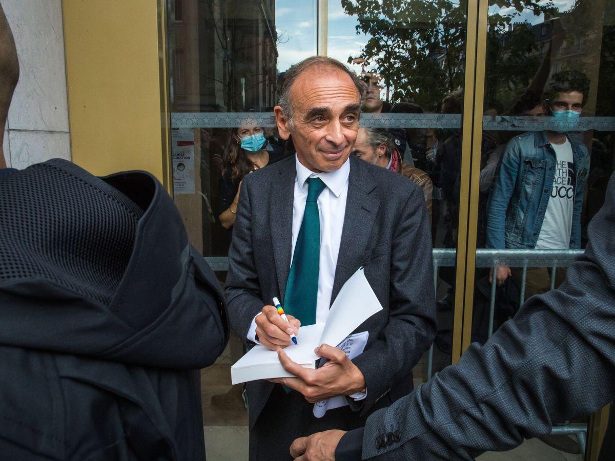 Foto: Zemmour firma un libro tras un mitin organizado en septiembre. (EFE)