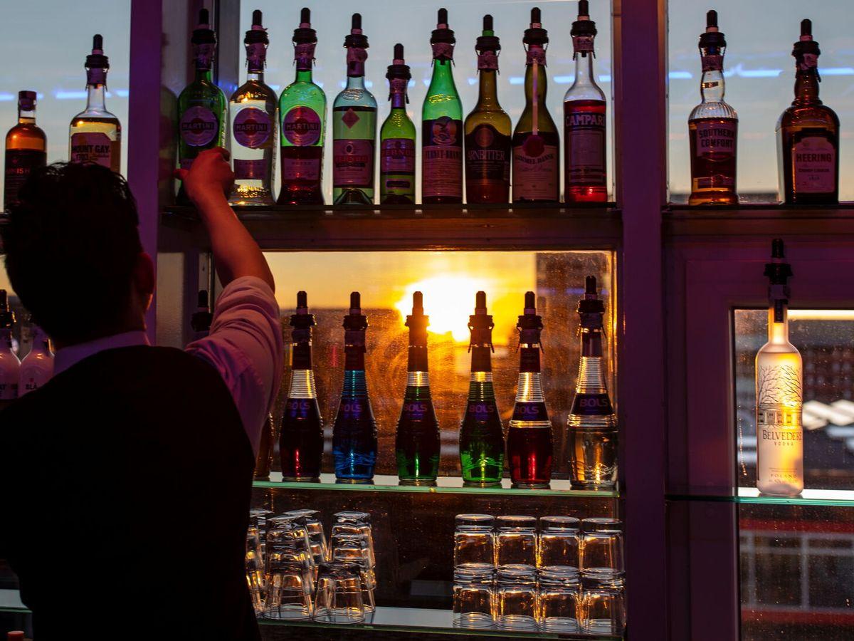 Foto: Un camarero prepara una bebida. (Reuters)