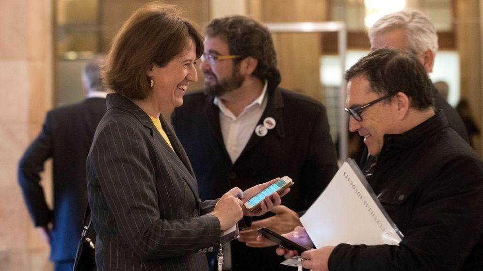 Foto: La presidenta de la ANC, Elisenda Paluzie (i), departe con el abogado de Carles Puigdemont, Jaume Alonso Cuevillas (d), en los pasillos del Parlament. (EFE)