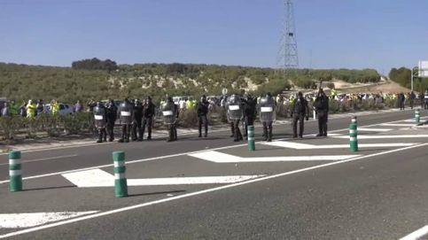 Tensión en la tractorada de Lucena: los antidisturbios recurren a bombas de humo
