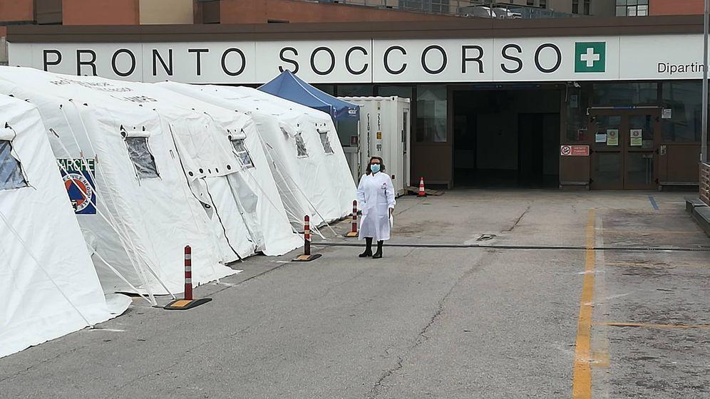 Foto: Marisol Ferreiro, delante del hospital de campaña que han instalado para atender a los enfermos de coronavirus.