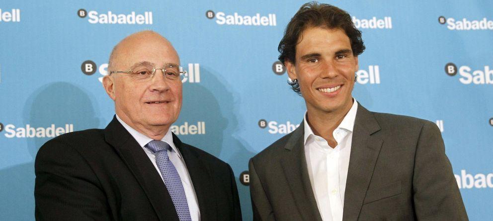 Foto: El presidente de Banco Sabadell, Josep Oliu, en un acto promocional junto al tenista Rafael Nada. (EFE)