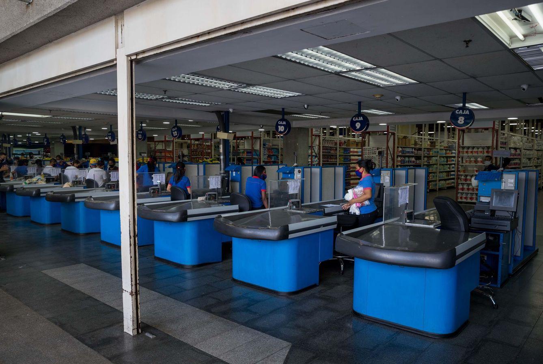 Foto: Imagen de archivo de cajas de un supermercado. (EFE)