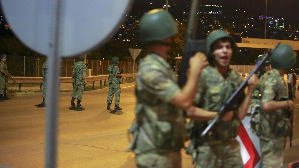 Foto: Los militares turcos cortan el tráfico en el Bósforo (Reuters)