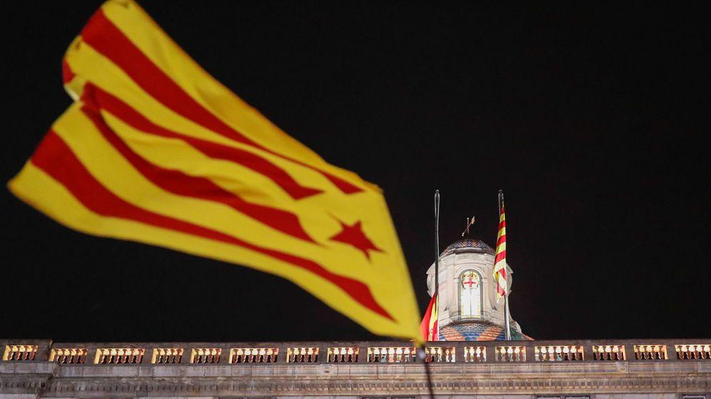 Foto: Momento en el que alguien retira la bandera de España del Palau. (Reuters)