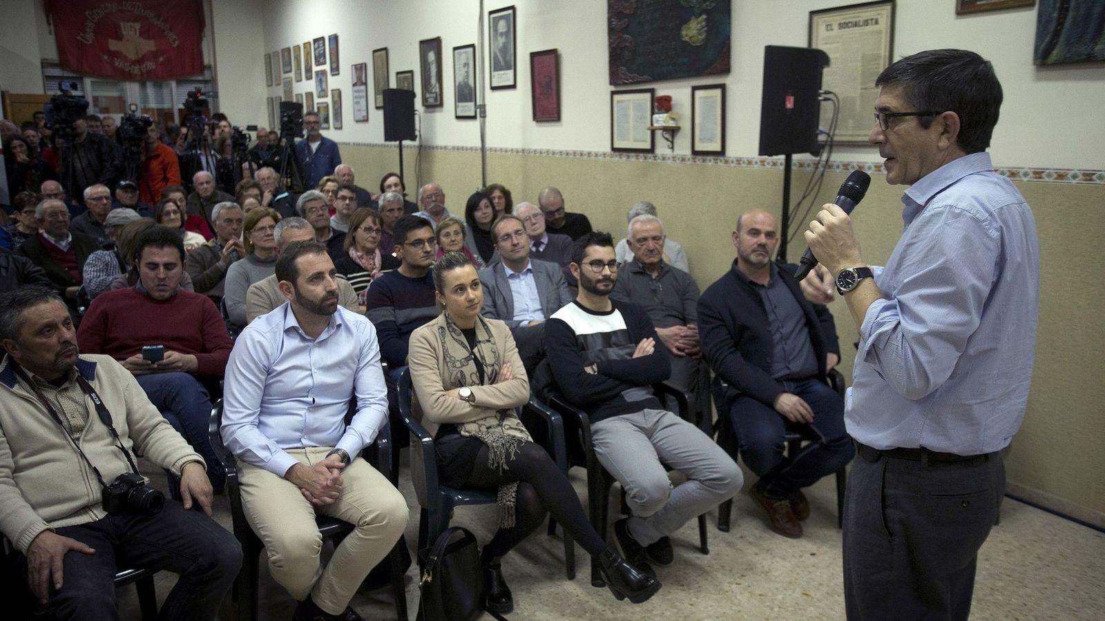 Foto: Patxi López, en un encuentro con militantes este 28 de febrero en La Vall d'Uixó, Castellón. (EFE)