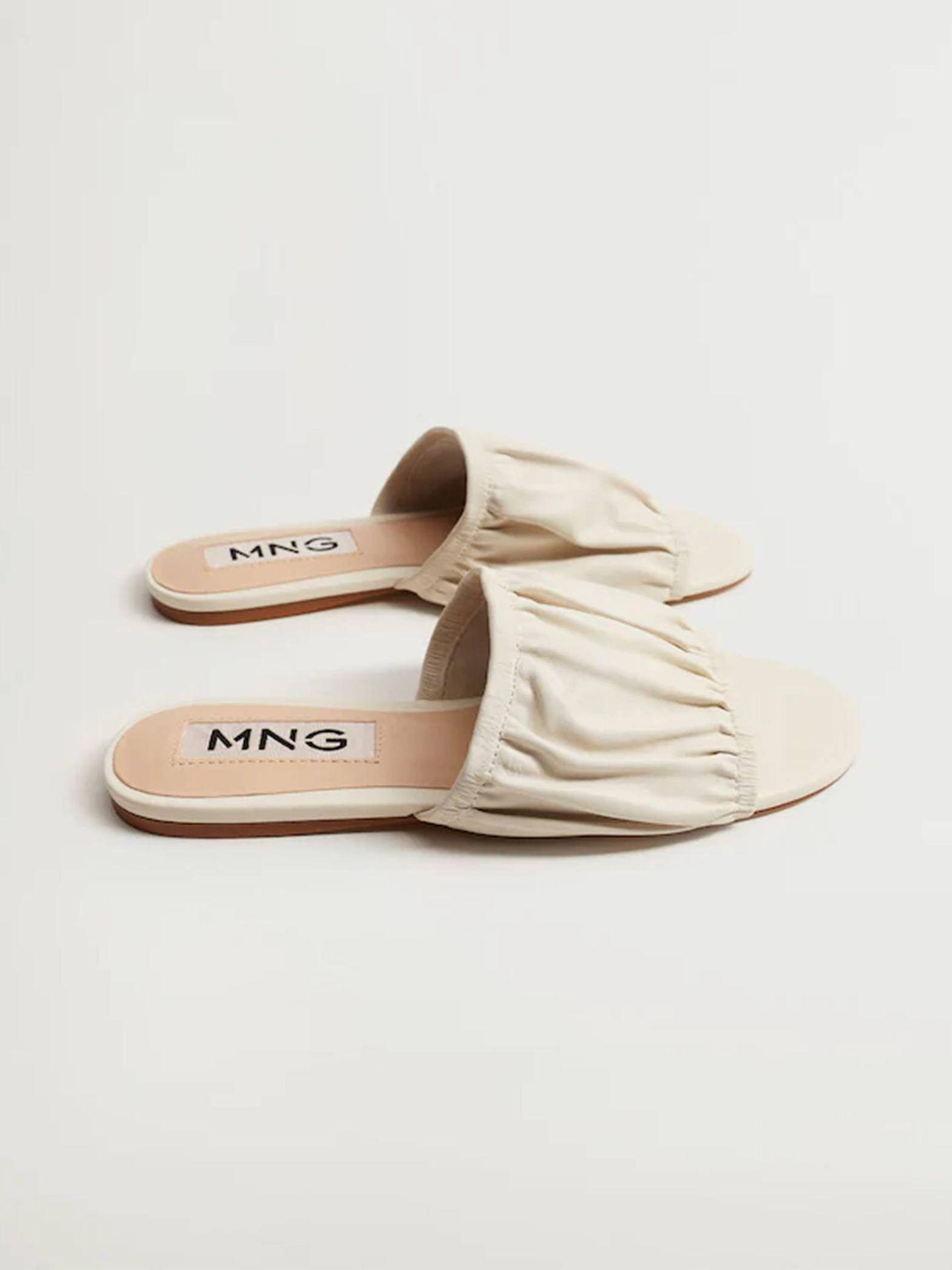 Sandalias blancas de Mango. (Cortesía)