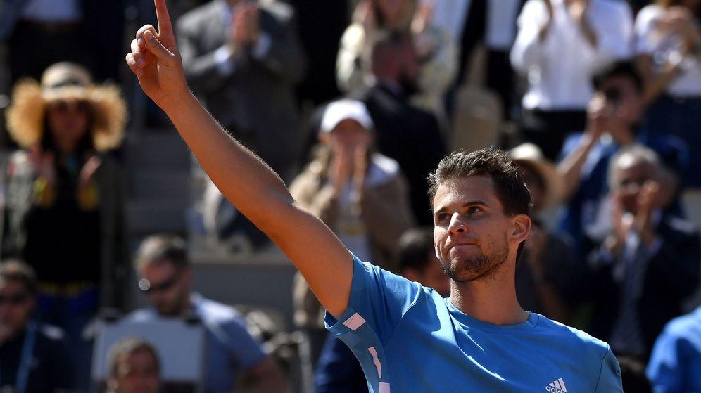 Foto: Dominic Thiem celebra su victoria ante Djokovic en las semis de Roland Garros. (EFE)