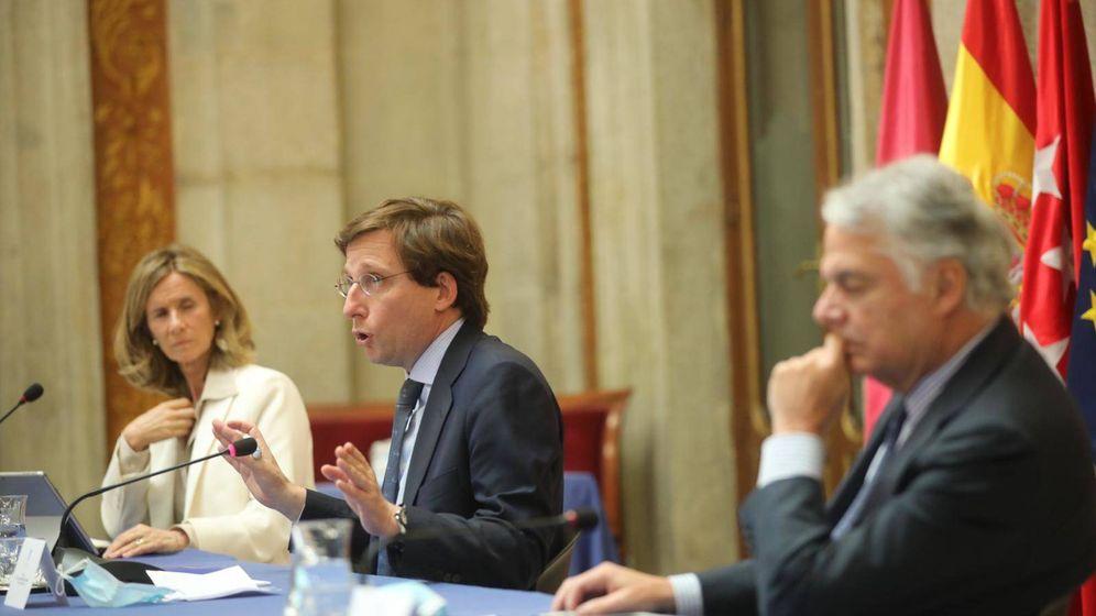 Foto: Almeida, junto a Cristina Garmendia, durante la reunión. (EFE)