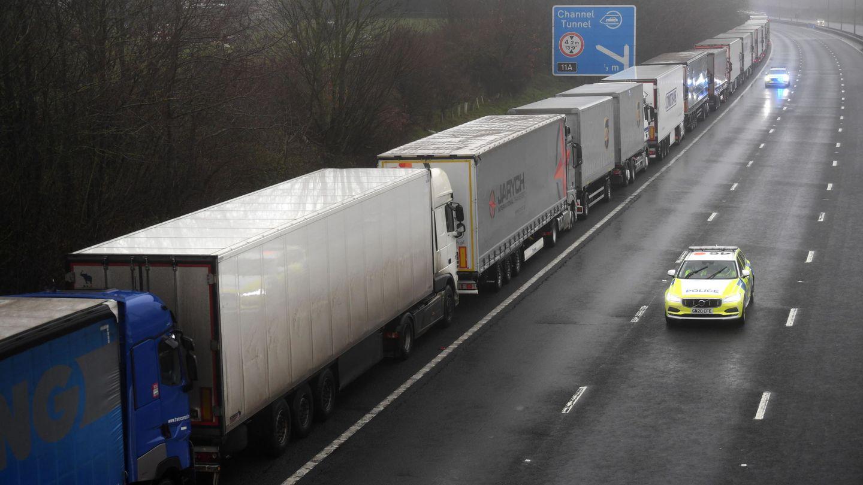 Cola kilométrica de camiones en un arcén de autovía en Reino Unido. (EFE)