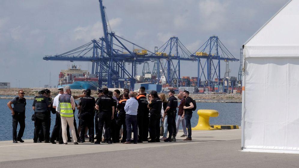 Foto: 'Briefing' de la Policía y la Guardia Civil para recibir a los migrantes del Aquarius, este 16 de junio. (Reuters)