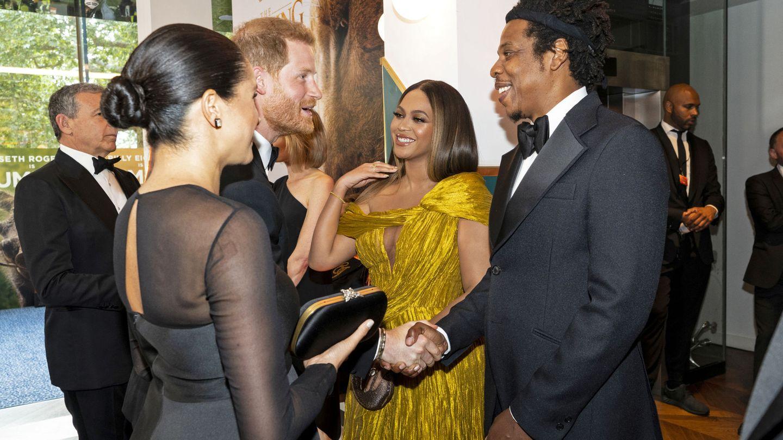 El príncipe Harry saluda a Jay-Z en el estreno de 'El Rey León'. (Reuters)