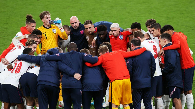 Los jugadores de Inglaterra antes de la prórroga. (EFE)