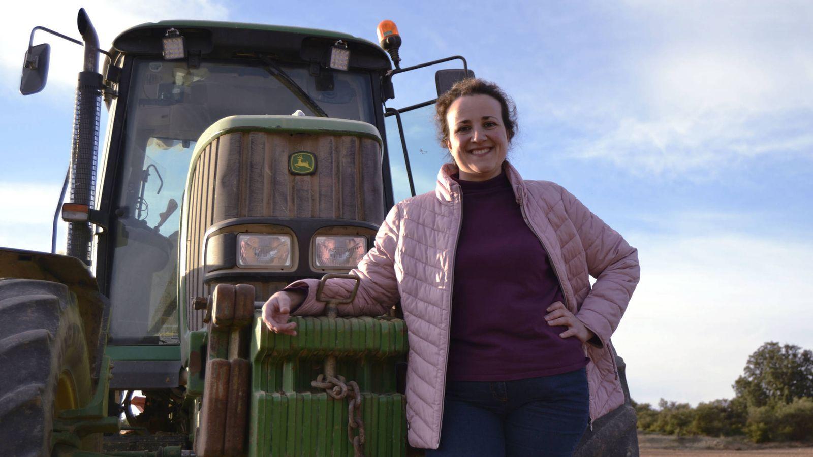 Foto: María Angeles Rosado, junto a su tractor. (M. Z.)