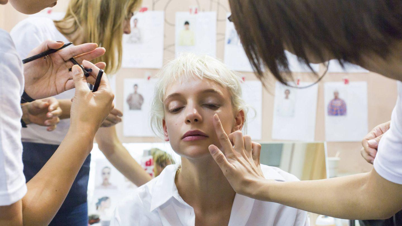 Los bálsamos labiales ayudan a limpiar la piel sin resecarla. (Imaxtree)