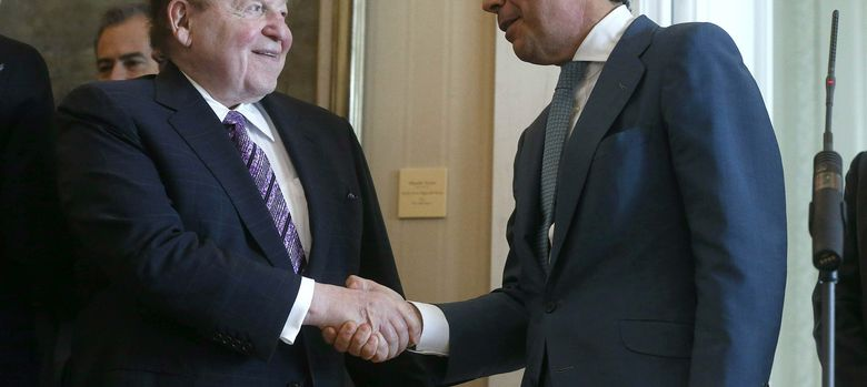 Foto: Sheldon Adelson y el presidente de la Comunidad de Madrid, Ignacio González. (EFE)