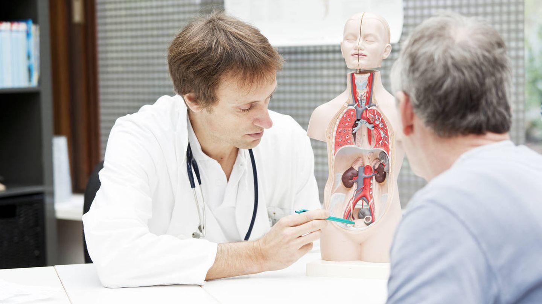 Un médico muestra a su paciente dónde está localizada la próstata. (iStock)