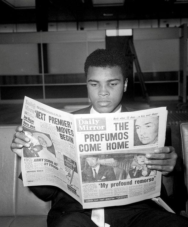 Foto: Muhammad Alí lee el periódico en Londres en 1963. (Reuters)