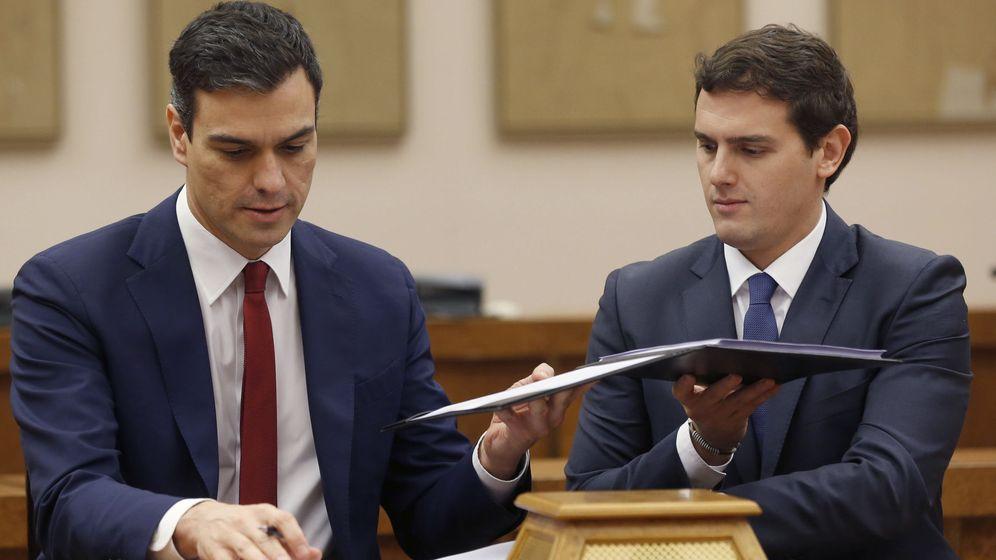 Foto: El secretario general del PSOE, Pedro Sánchez (i), y el presidente de Ciudadanos, Albert Rivera, durante la firma del acuerdo de investidura y legislatura alcanzado entre los dos partidos. (EFE)