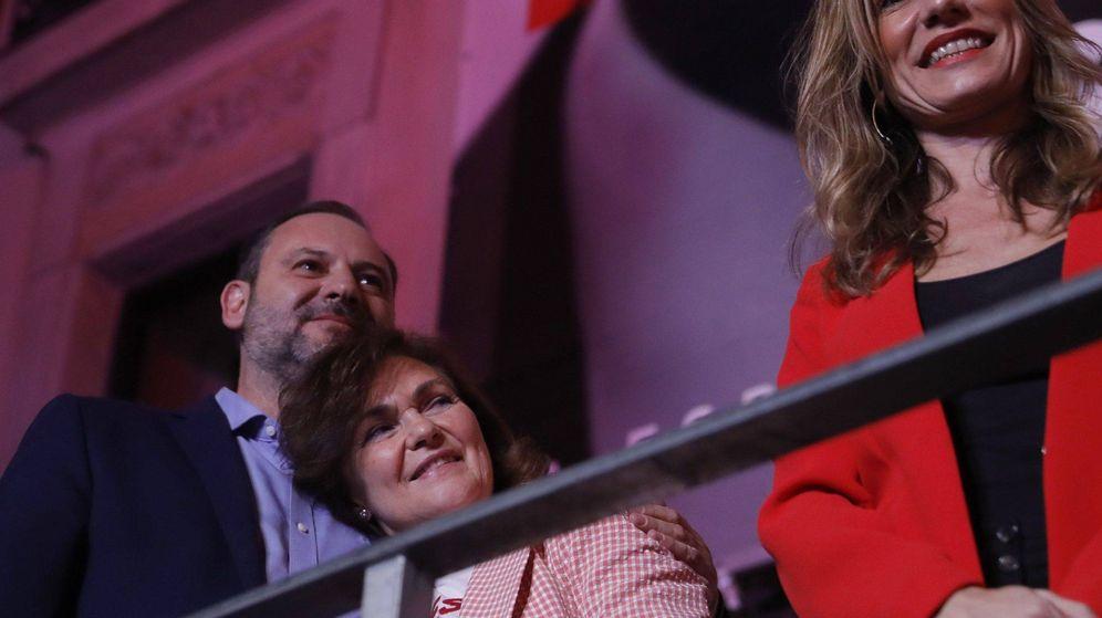 Foto: Begoña Gómez, más exultante que nunca en el balcón de Ferraz. (EFE)