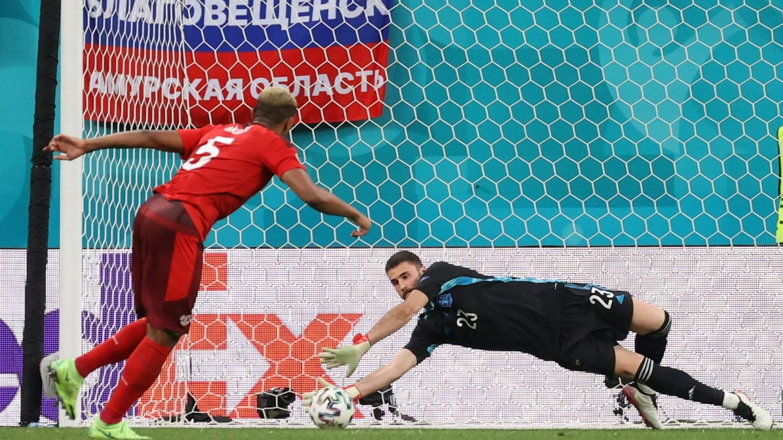 Unai Simón detiene el penalti lanzado por Akanji. (Reuters)
