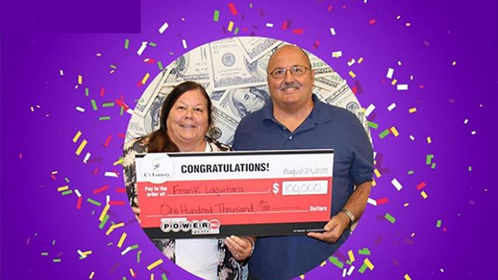 Foto: Frank Laquitara y su prometida, Debbie Long-Combs, posando con el premio. Foto: Lotería de Connecticut